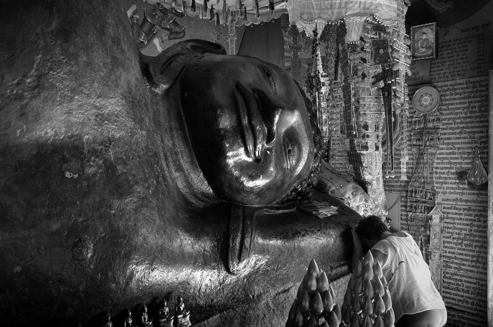 Phnom Kulen - Auf der Spitze eines Felsens ist ein 15m langer Buddah in den Stein gemeisselt. Es ist das Zentrum des Heiligtums Preah Ang Thom.
