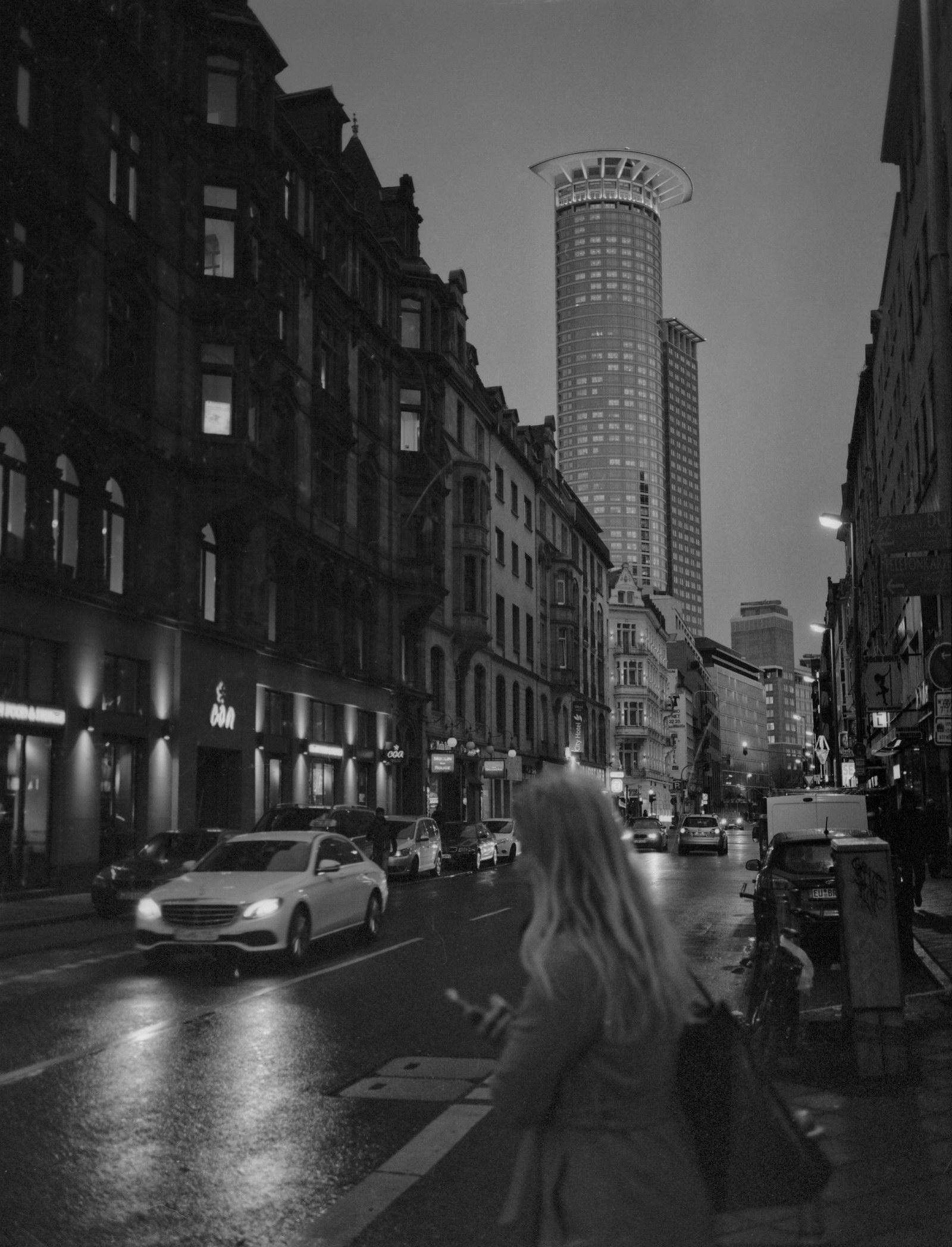 Streetphotography in Frankfurt. Hier fühlt sich die GS645 W in ihrem Element.